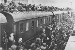 Refugees_on_train_roof